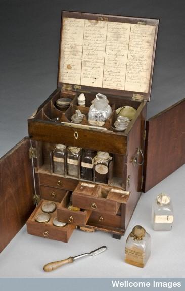 L0057102 Mahogany medicine chest, England, 1801-1900